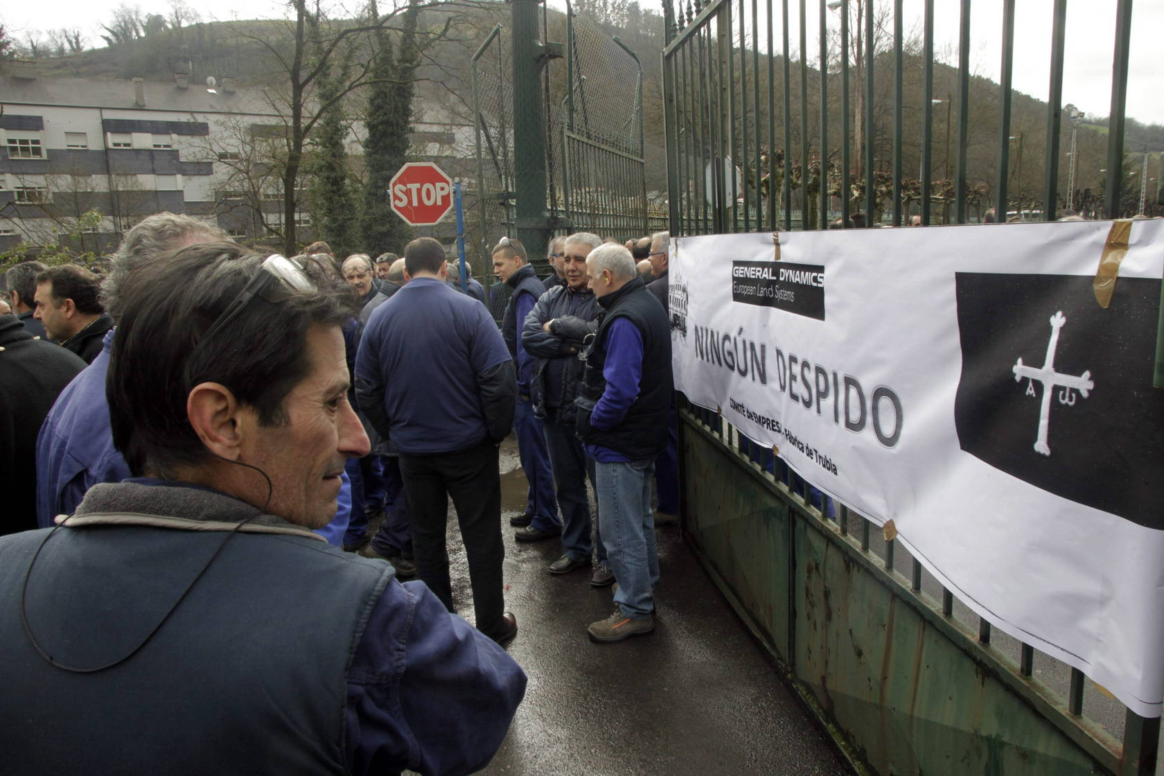 600 trabajadores de la fábrica de armas cortan el tráfico